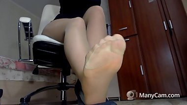2018-11-21 comp4 m7 24179710 1390. brunette babe in POV shoes n feet