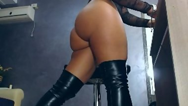 2018-11-14_02-55-21 m2 27784644 1149. brunette babe dangling her boots